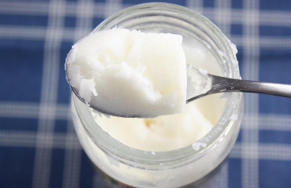 Man kan använda kokosolja för att borsta tänderna med