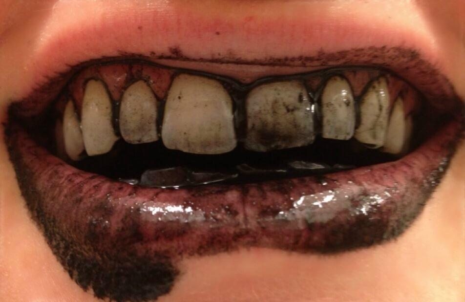 Det kan bli lite geggigt när man borstar tänderna med aktivt kol.