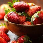 Att bleka tänderna med enbart jordgubbar ger inget resultat, men med en extra ingrediens tar det fart!