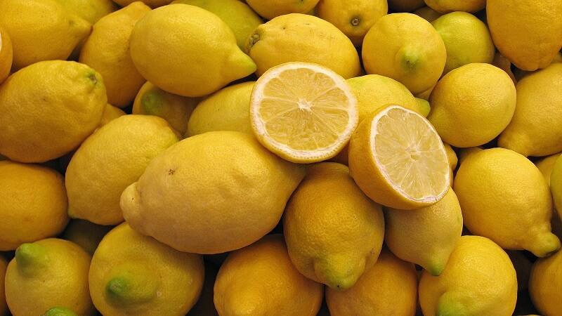 Tandblekning med citron fräter på tandens emalj och är inte lika bra som att köpa tandblekning.