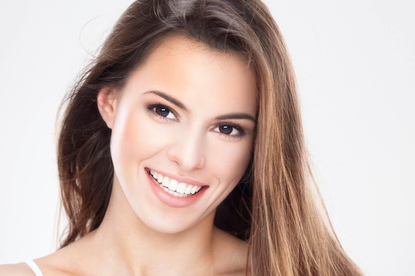 Visste du att det är möjligt att få vita tänder hemmifrån? Vi tipsar hur du behåller tänderna och rekommenderar om bästa metoden för att bleka dem