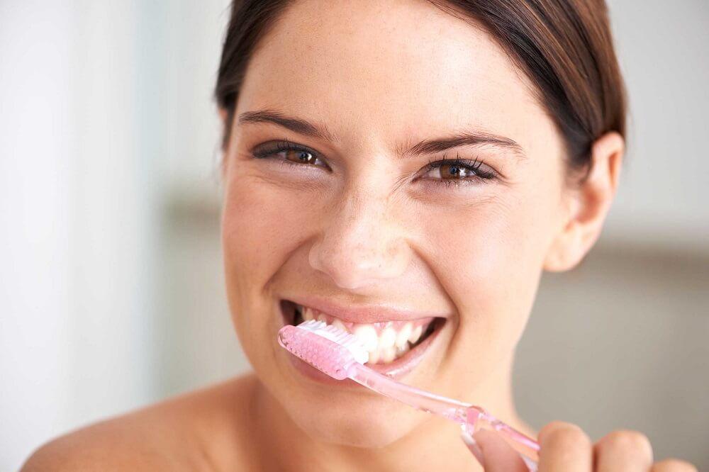 Den eviga frågan: Ska jag borsta tänderna innan eller efter jag ätit mat? Vi har svaret!