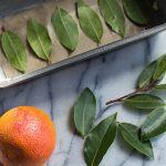 Låt apelsinskal och lagerblad torka för att mala det till ett pulver. En enkel huskur hur du enkelt kan bleka tänderna.