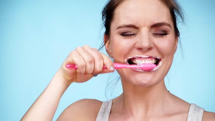 Vi har listat 4 ingredienser du bör undvika när du köper tandkräm.